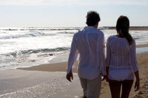 Pareja paseando Playa de Muchavista