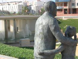 Escultura del parque Municipal en la Fuente del Centenario: Abuelo y nieta!!! Alegoría al pasado y presente!!!