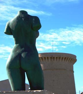 El Busto de Vicente Ferrero -Voramar de les Escultures- y Torre de la Illeta