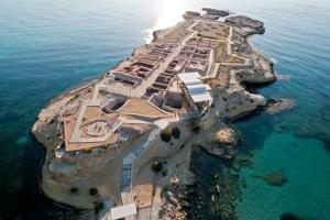 Importante yacimiento arqueológico en El Campello (Alicante) que recoge restos desde la Prehistoria hasta la época romana. De especial interés son los vestigios de un asentamiento Íbero y las piscifactorías romanas escavadas en la roca.