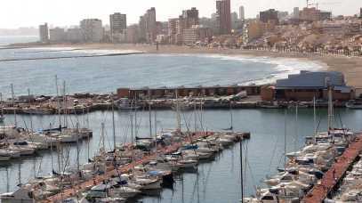Puerto pesquero con la Playa del Carrer la Mar al fondo